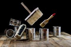 Pode da pintura e da escova pendurar no ar Escova de pintura e pintura Imagens de Stock Royalty Free