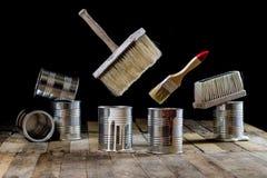 Pode da pintura e da escova pendurar no ar Escova de pintura e pintura Fotografia de Stock Royalty Free