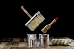 Pode da pintura e da escova pendurar no ar Escova de pintura e pintura Fotos de Stock