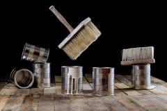Pode da pintura e da escova pendurar no ar Escova de pintura e pintura Foto de Stock