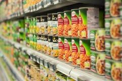 Pode o alinhamento do alimento no supermercado de Cora Imagens de Stock Royalty Free