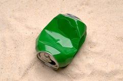 A pode poluindo a praia Fotos de Stock Royalty Free