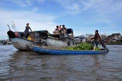 Vendedores do barco no mercado de flutuação de Tho da lata, delta de Mekong, Vietnam Fotografia de Stock Royalty Free
