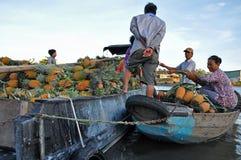 O mercado de flutuação do Cai Rang, pode Tho, delta de Mekong, Vietnam Imagens de Stock Royalty Free