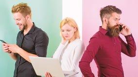 Pode você imaginar a vida moderna sem eletrônica Os homens e a mulher apreciam vantagens do trabalho com dispositivos e Internet foto de stock