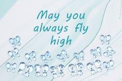 Pode você sempre voar a mensagem alta com as borboletas de vidro azuis no papel azul da aquarela imagens de stock