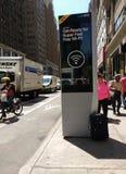 Podejrzana walizka Porzucająca w Miasto Nowy Jork, usa zdjęcie royalty free