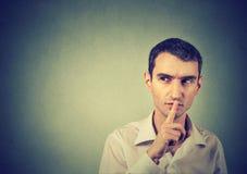 Podejrzany mężczyzna daje Shhhh zaciszności, cisza, tajny gest Obrazy Stock