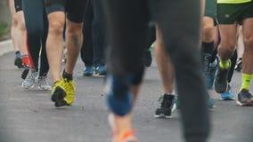 20 podem 2018, maratona de Kazan, Rússia - de Kazan, corredores dos desportistas dos pés na maratona na cidade, lento-movimento vídeos de arquivo