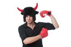 Poder animal Conceito da masculinidade O homem com os chifres como o diabo ou o touro vestem luvas de encaixotamento Forte como o foto de stock royalty free