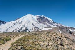 Poder da mulher que levanta na frente do Monte Rainier fotografia de stock