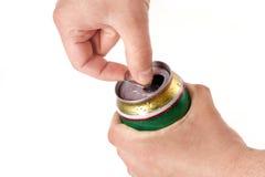 Poder de cerveza de aluminio de la apertura de la mano de Man?s Fotos de archivo