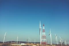 Poder de Eco, turbinas eólicas que geram a eletricidade, energ renovável Imagens de Stock
