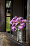 Poder de estaño con las flores Imágenes de archivo libres de regalías