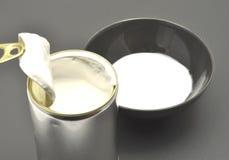 Poder de estaño con leche de coco fotos de archivo