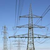 Poder de la energía de los pilones de la electricidad Fotos de archivo libres de regalías