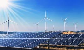 poder de la energía limpia del concepto en naturaleza Los paneles solares y turbina de viento foto de archivo