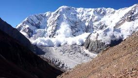 Poder de la naturaleza Avalancha en el Cáucaso almacen de metraje de vídeo