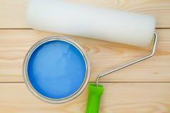 Poder de A de la pintura azul y de un rodillo de pintura Foto de archivo