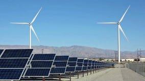 Poder de los paneles solares y de la turbina de viento almacen de video