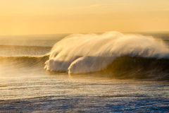 Poder del color del espray de las olas oceánicas Fotos de archivo