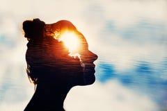 Poder do conceito da mente Silhueta da menina esperta Imagem de Stock