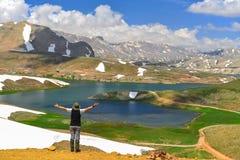poder positivo de ver lugares novos nas montanhas imagem de stock royalty free