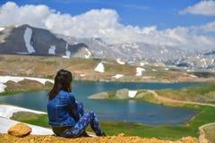 poder positivo de ver lugares novos nas montanhas imagens de stock
