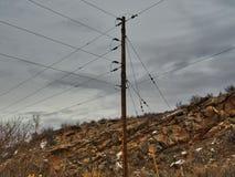 Poder postes rural: Cliffside y nubes Imagenes de archivo