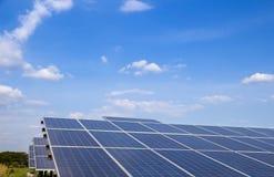 Poder solar da exploração agrícola do ‹de The†para a energia renovável elétrica do sol, photovoltaics na central elétrica solar fotografia de stock royalty free