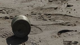 Poder usada vieja del metal en la orilla del río almacen de video