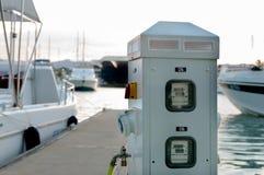 Poder y abastecimiento de agua en el puerto deportivo para el muelle del barco en el guisante Imágenes de archivo libres de regalías