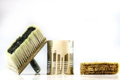 Poder y cepillos de la pintura en un fondo blanco CA de la pintura y de la reparación Foto de archivo libre de regalías