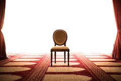 Poder y concepto de la fuerza de la silla del rey en el medio del sitio fotografía de archivo