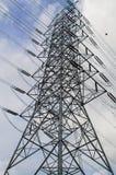 Poder y línea eléctrica de alto voltaje con el cielo azul imágenes de archivo libres de regalías