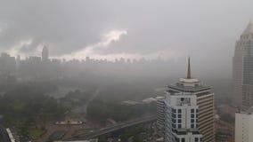 Podeszczowa burza przy Lumpini parkiem, Silom, Bangkok zbiory wideo