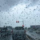 Podeszczowa kropla na auto szkle po deszczu szaleje przy skrzyżowaniem Obrazy Stock