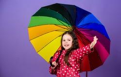 Podeszczowa ochrona t?cza Jesieni moda szcz??liwa ma?a dziewczyna z kolorowym parasolem rozochocony modnisia dziecko w pozytywie zdjęcia royalty free
