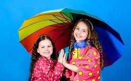 Podeszczowa ochrona t?cza Jesieni moda szcz??liwe ma?e dziewczynki z kolorowym parasolem rozochoceni modnisiów dzieci fotografia royalty free