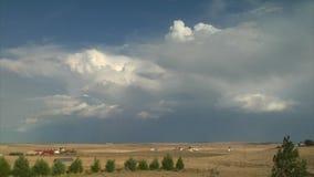 Podeszczowe chmury i cienie rusza się nad krajobrazem zbiory