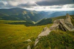Podeszczowe chmury nad Carpathians Panorama Borzhava grań Ukraińskie Karpackie góry zdjęcia stock