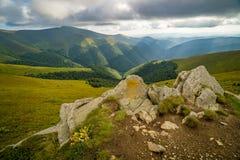 Podeszczowe chmury nad Carpathians Panorama Borzhava grań Ukraińskie Karpackie góry zdjęcie stock