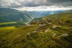 Podeszczowe chmury nad Carpathians Panorama Borzhava grań Ukraińskie Karpackie góry obraz royalty free