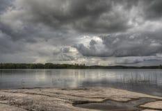 Podeszczowe chmury nad jezioro Obrazy Stock