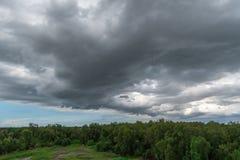 Podeszczowe chmury nad lasem przed burzą w porze deszczowa obrazy stock