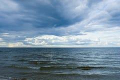Podeszczowe chmury nad morzem bałtyckim blisko linii brzegowej przed zmierzchem Zdjęcia Royalty Free