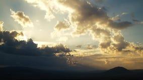 Podeszczowe chmury przy dzikim polem przy wiosną Słońca ` s promienie łama przez chmur Czasu upływ zbiory