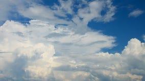 Podeszczowe chmury rusza się szybko nad niebieskim niebem. zdjęcie wideo