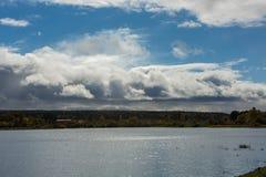 Podeszczowe chmury rusza się jezioro Zdjęcia Royalty Free