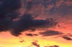 Podeszczowe chmury w afterglow niebie Zdjęcia Royalty Free